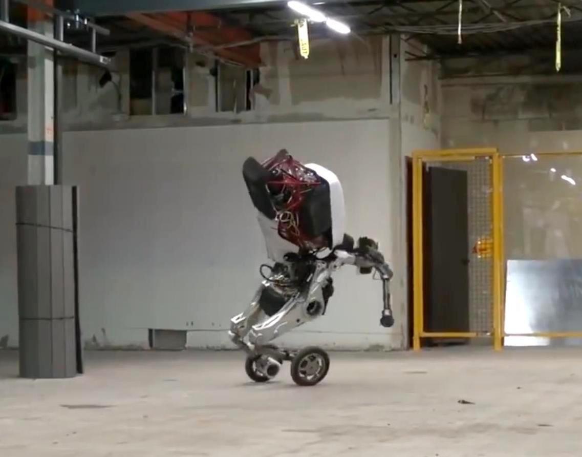 Робот на моноколесах