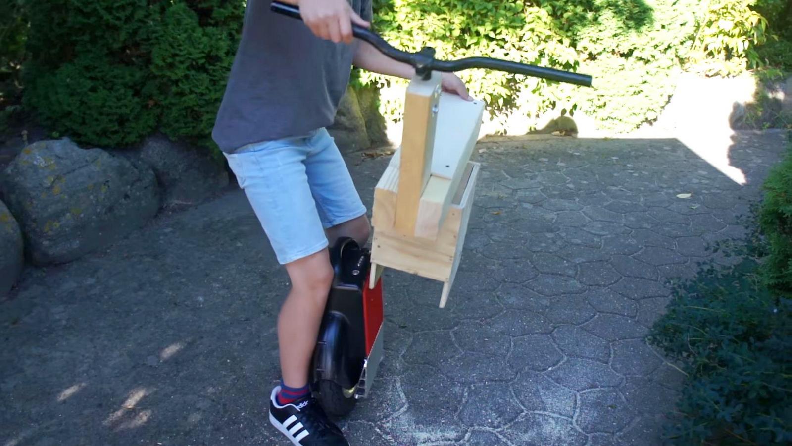 Устанавливаем сиденье с рулем на моноколесо