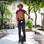 Известный блогер Варламов учится ездить на моноколесе