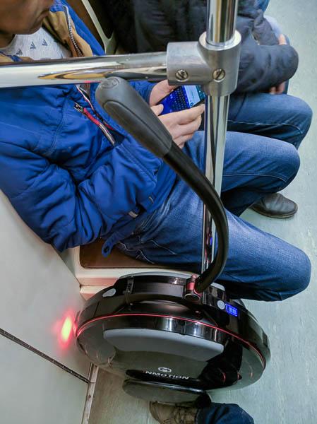Inmotion V10 стоит в метро