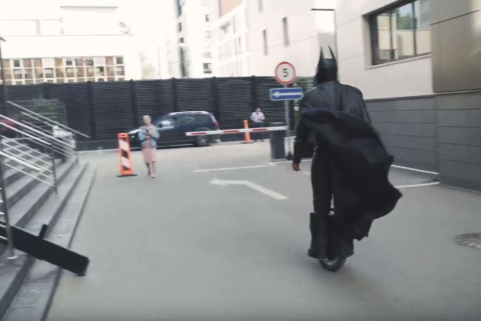 Бэтмен в Москве на моноколесе
