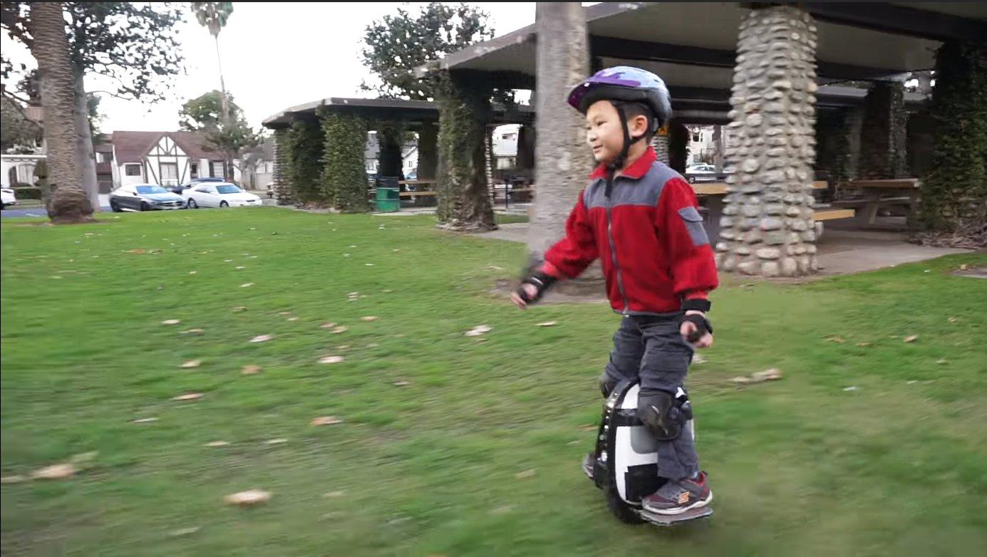 Пятилетний мальчик гоняет на моноколесе