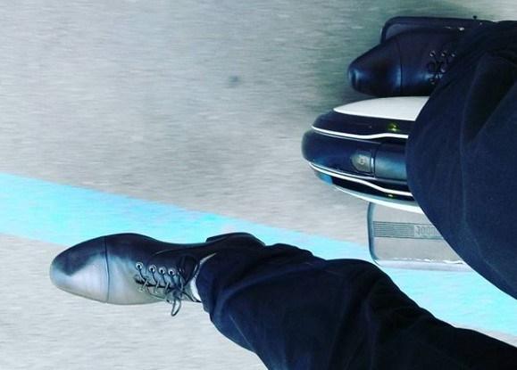 В туфлях на моноколесе