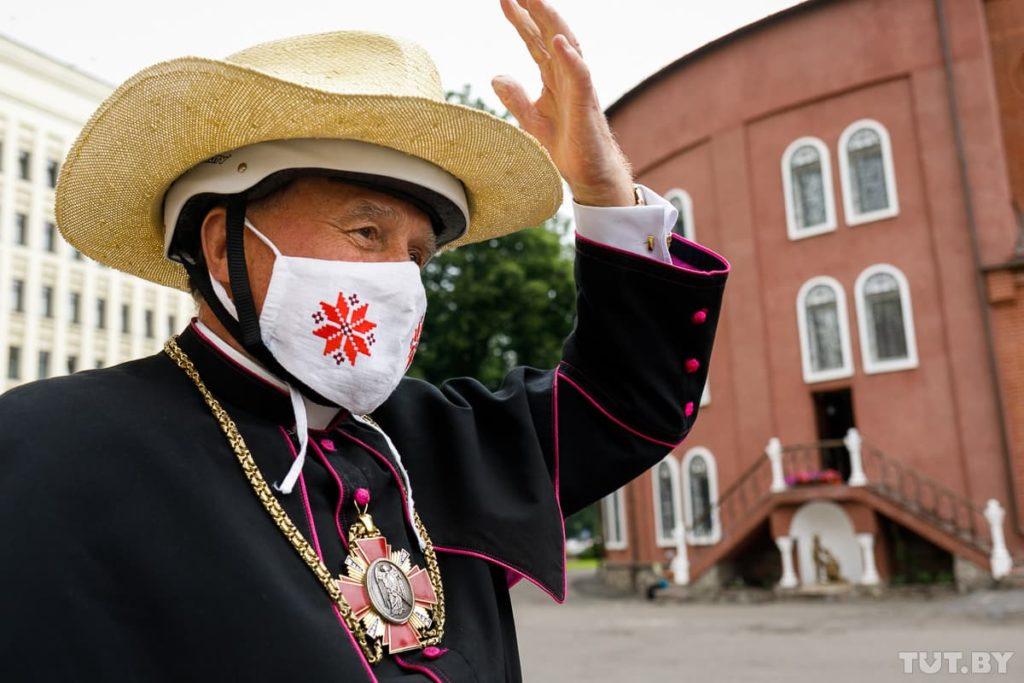 Священник в шлеме - шляпе