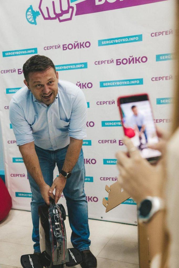 Депутат Сергей Бойко с моноколесом