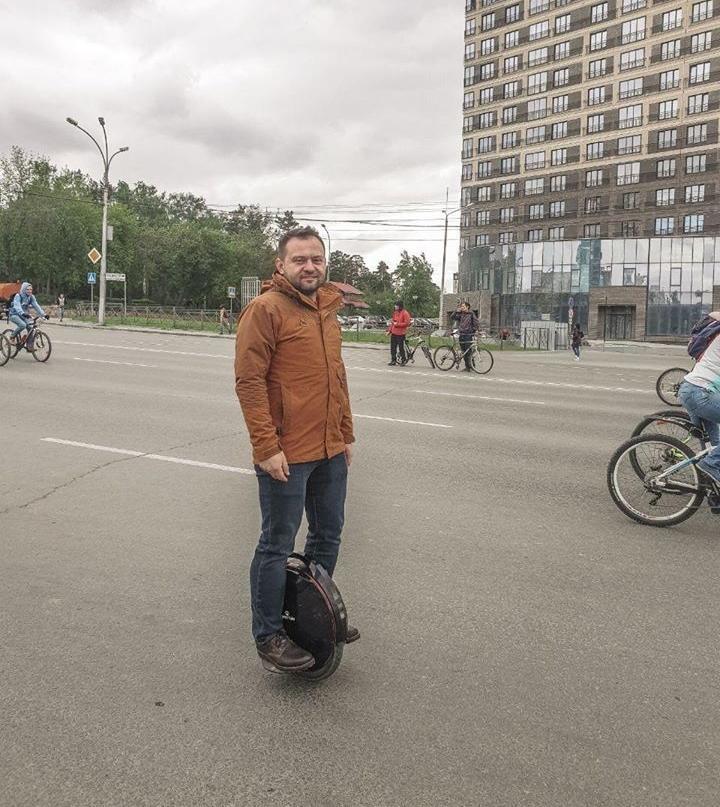 Депутат Горсовета 4 года передвигается по Новосибирску на моноколесе