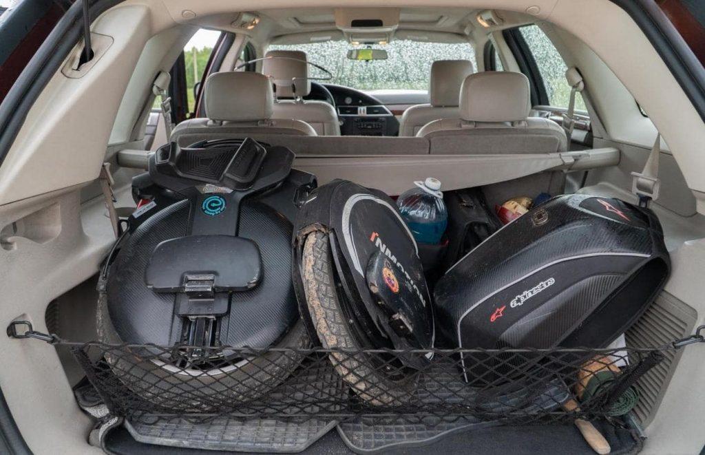 Моноколёса в багажнике авто